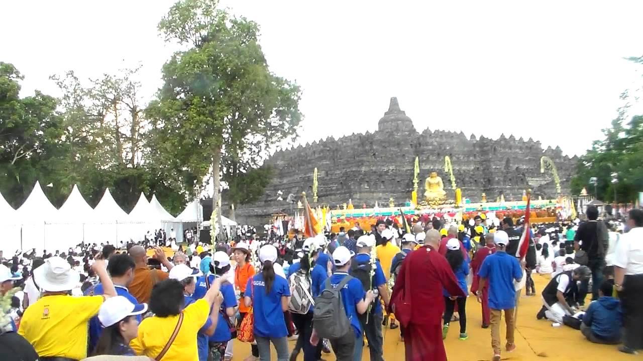 Candi Borobudur merupakan salah satu objek wisata di Jawa Tengah yang sangat populer akan keberadaanya. Candi yang bercorak budha ini memiliki keindahan tersendiri dalam setiap ukiran relief yang terpampang didindingnya. Disamping itu, candi yang dibangun pada masa Syailendra ini juga menampilkan keindahan yang bisa disaksikan pengunjung melalui puncak Candi Borobudur ini.