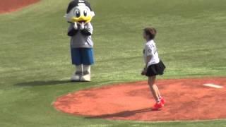 2016.4.23、始球式はPARCO水着キャンペーンガールの佐野ひなこさん。躍...
