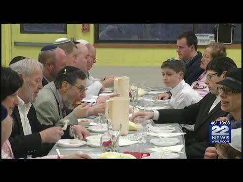 Lubavitcher Yeshiva Academy celebrates Passover with community Seder