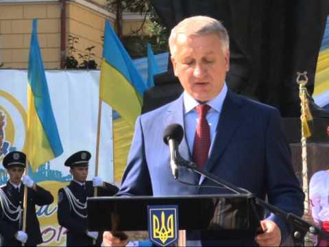 Видео: В Днепропетровске возле памятника Полю развернули огромный желто-голубой стяг
