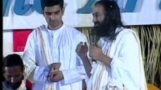 H H Sri Sri Ravi Shankar Sings The Beautiful Bhajan Sundaranana