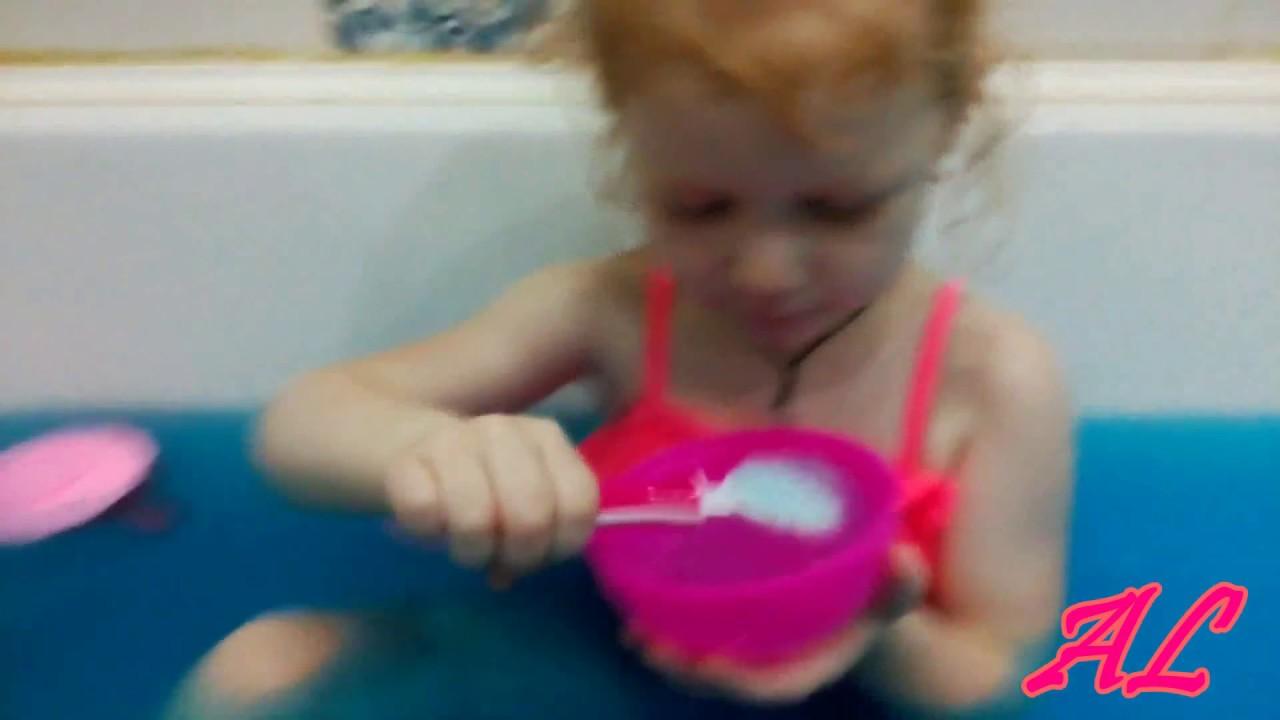 Девушка купаеться в ванне видео
