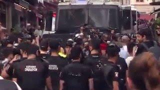 Полиция потравила газом и обстреляла участников гей-парада в Стамбуле