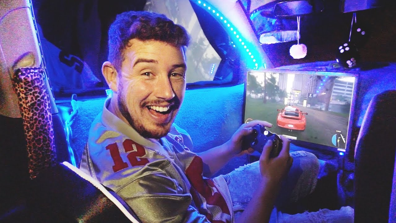 I Spent the Night in a Gaming Car with My Girlfriend & It Was Actually Awesome! (BEST GAMING SET