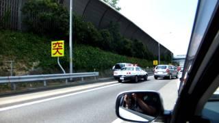 高速渋滞中、パトカー緊急走行