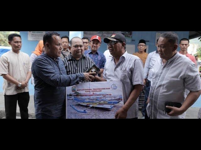 Plt. Bupati Lamsel, Nanang Ermanto Serahkan Bantuan 10 Unit Kapal 3 GT Untuk Nelayan