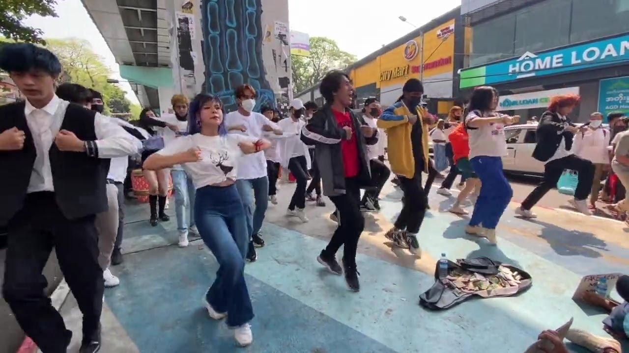 شاهد | متظاهرون في ميانمار يرقصون احتجاجا على الانقلاب العسكري على إيقاع أغنية -إنهم لا يهتمون بنا-  - 17:59-2021 / 2 / 23