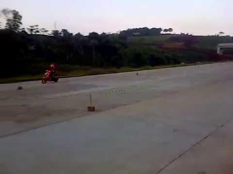 Gila.. latihan road race di jalan tol kota Tahu