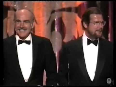 Sean Connery Michael Caine e Roger Moore consegnano l'Oscar a Kevin Kline