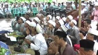 Repeat youtube video Ibnu HZ Ceramah agama K.H.Kholil As'at -Sambungan Begus Deri Allah 7.mpg