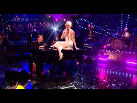 Kylie Minogue - Come On Strong (Jools Annual Hootenanny 2007)
