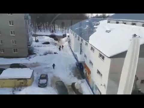 Снег с крыши едва не накрыл бабушку  г. Заволжск Ивановская область