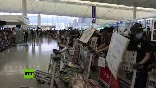 Manifestantes bloquean el aeropuerto de Hong Kong