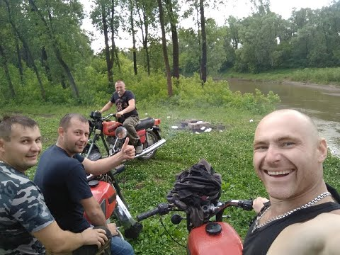 Банда на мотоциклах ИЖ. Поломка в лесу в ливень.