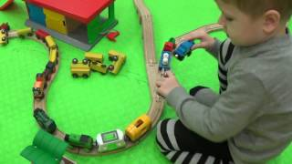 Большая железная дорога Брио - Макс играет в паровозики - Детский канал Max Show for Kids
