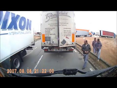 A Migráns kérte a sofört,hogy ne szoljon,jelentsen  a kamionosnak!