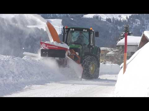 John Deere 6430 mit Kahlbacher Schneefräse im Winterdienst