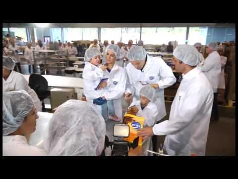 Rodrigo Faro e sua família visitam a Fábrica da Arcor