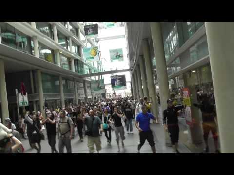 00086 marche : traversée du marché de St-Honoré