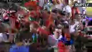 Los aficionados celebran triunfo de Rusia sobre Egipto en las calles de Moscú