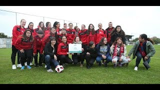 Reconociendo al deporte asturiano y al fútbol practicado por mujeres entregando el premio 12 Lluches