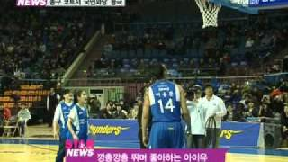 [Y-STAR] 'iu' opening of a basketball game. (프로농구 시투 나선 '꽈당' 아이유)