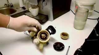 nefunkční mlýnek z automatického kávovaru DeLonghi - ukázka demontáže