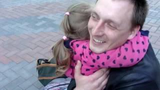 Очень трогательное видео. Ева встречает папу из командировки.