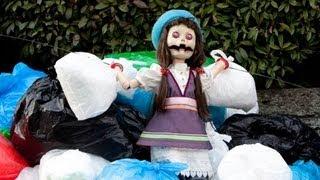 泣けると評判のベストセラー小説『少女と人形の家』。亜樹子がそれを読...