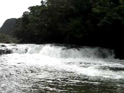 カンピレーの滝のきれいな水落