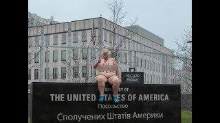 Пышнотелая активистка Femen показала ядерную кнопку у посольства США в Киеве