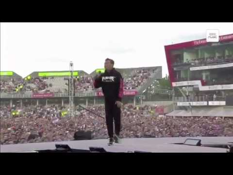 """""""Manchester, we're strong"""" Robbie Williams and the crowd singing at #OneLoveManchester"""