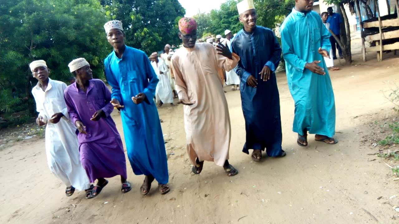 Download Wanafunzi wa maawal islamiyya wakimsifu na kumswalia Mtume Muhammad ( saw)