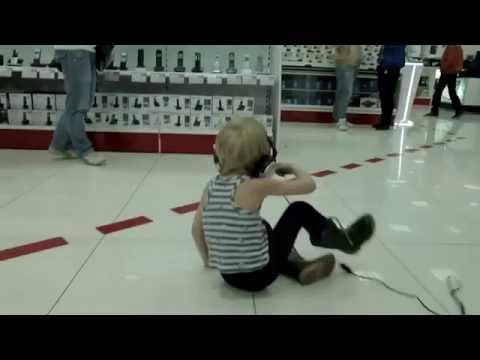 Kid tanzt im Laden))