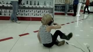 Мальчик отжигает в магазине))