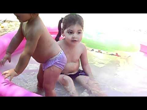 las nenas bañandose