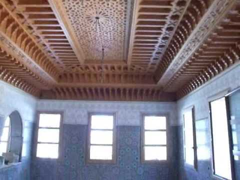 Plafond artisanal marocain en bois sculpt youtube for Model faux plafond platre