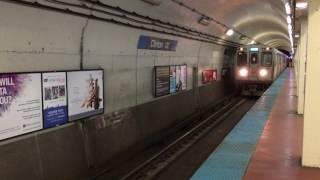 シカゴ交通局 (CTA)の地下鉄、シカゴ・Lのブルーライン、クリントン駅に...