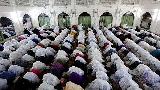 بالفيديو ..المسلمون يستقبلون شهر رمضان