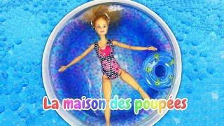 Barbie à la piscine. Vidéo en français pour les filles. La maison des poupées.
