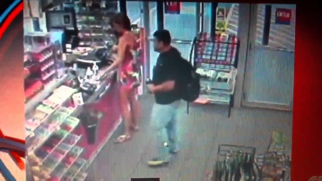 461c608ab Video capta a un hombre tomando fotos bajo la falda de mujer