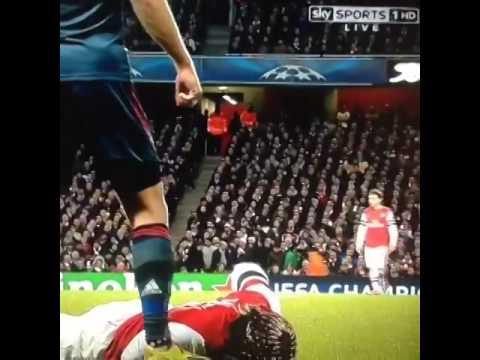 Arjen Robben spits Bacary Sagna ! Arsenal   Bayern Munchen 0 1   19 02 2014