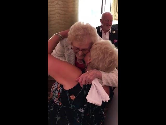 Singing Waiter leaves guest in tears -  Singers Secreto