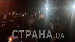 В Новых Санжарах начались столкновения Нацгвардии и местных жителей   Страна.ua