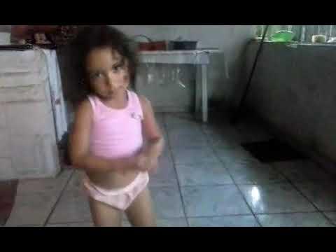 Menina criança dançando olha a explosão