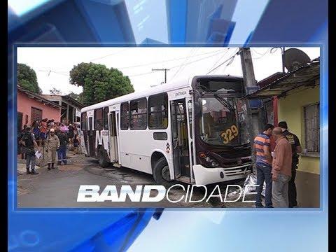 Mulher de 43 anos morre atropelada por ônibus que invadiu calçada