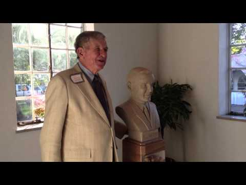Coach Johnny Majors with the sculpture of his younger brother Bill Majors