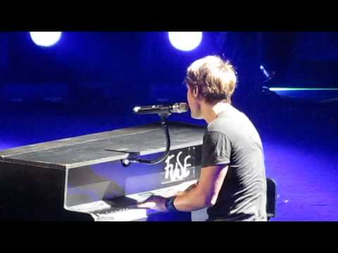 I'm Dreaming of a White Christmas - Keith Urban Piano - Louisville, Ky 12-8-13