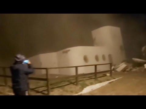 شاهد: الأمواج العاتية تُسقط منزلاً في مياه المحيط في الأرجنتين…