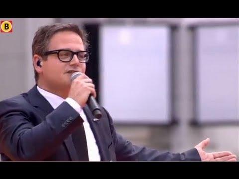 Guus Meeuwis zingt 'Brabant' op de Markt in Den Bosch